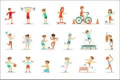 Παιδιά που ασκούν το διαφορετικό αθλητισμό και τις σωματικές δραστηριότητες στη γυμναστική κατηγορίας φυσικής αγωγής και υπαίθρια διανυσματική απεικόνιση