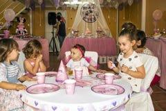 Παιδιά που γιορτάζουν μια γιορτή γενεθλίων στοκ εικόνες με δικαίωμα ελεύθερης χρήσης