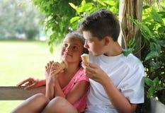 Παιδιά που γλείφουν έναν κώνο παγωτού Στοκ Εικόνες