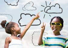 Παιδιά που δείχνουν στον ουρανό και που παίζουν με τα σχέδια σύννεφων απεικόνιση αποθεμάτων