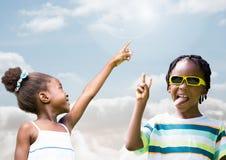 Παιδιά που δείχνουν στον ουρανό και το παιχνίδι στοκ φωτογραφία με δικαίωμα ελεύθερης χρήσης