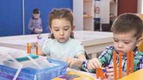 Παιδιά που δημιουργούν τα ρομπότ στο σχολείο, εκπαίδευση μίσχων Πρόωρη ανάπτυξη, diy, καινοτομία, σύγχρονη έννοια τεχνολογίας απόθεμα βίντεο
