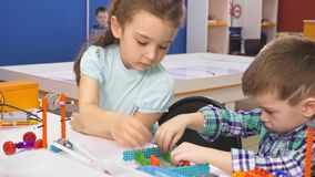 Παιδιά που δημιουργούν τα ρομπότ στο σχολείο, εκπαίδευση μίσχων Πρόωρη ανάπτυξη, diy, καινοτομία, σύγχρονη έννοια τεχνολογίας φιλμ μικρού μήκους
