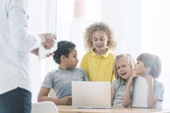 Παιδιά που ενσωματώνουν κατά τη διάρκεια των εκτός διδακτέας ύλης κατηγοριών Στοκ εικόνες με δικαίωμα ελεύθερης χρήσης