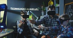 Παιδιά που εξετάζουν την τεχνολογία VR στο εργαστήριο