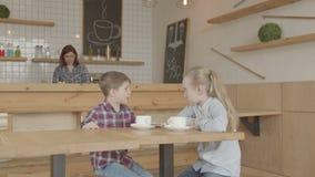 Παιδιά που επικοινωνούν στη συνεδρίαση σε μια καφετέρια απόθεμα βίντεο