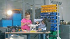 Παιδιά που επισκευάζουν το πρότυπο κηφήνων στη σύγχρονη σχολική τάξη τεχνολογίας 4K φιλμ μικρού μήκους