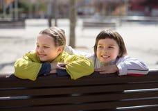Παιδιά που θέτουν στον πάγκο οδών το ινδικό καλοκαίρι Στοκ φωτογραφίες με δικαίωμα ελεύθερης χρήσης