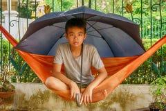 Παιδιά που κάθονται την αιώρα στοκ φωτογραφίες