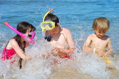 παιδιά που καταβρέχουν το ύδωρ Στοκ εικόνα με δικαίωμα ελεύθερης χρήσης