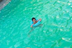 Παιδιά που κολυμπούν στη λίμνη Στοκ εικόνες με δικαίωμα ελεύθερης χρήσης