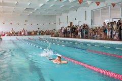 Παιδιά που κολυμπούν την ελεύθερη κολύμβηση στο μάθημα κολύμβησης στοκ εικόνες