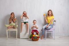 Παιδιά που κρατούν ένα καλάθι των φρέσκων υγιών τροφίμων φρούτων και λαχανικών στοκ φωτογραφίες
