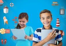 παιδιά που κρατούν τα έγγραφα με το κενό μπλε υπόβαθρο και τη ζωηρόχρωμη γραφική παράσταση εικονιδίων διακοπών Στοκ φωτογραφία με δικαίωμα ελεύθερης χρήσης