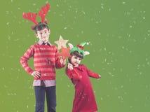 Παιδιά που κρατούν τα αστέρια Χριστουγέννων Στοκ φωτογραφία με δικαίωμα ελεύθερης χρήσης