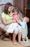 παιδιά που κρατούν τη μητέρ&alph στοκ φωτογραφίες