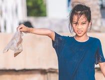 Παιδιά που κρατούν τη πλαστική τσάντα που βρήκε στην παραλία στοκ φωτογραφία με δικαίωμα ελεύθερης χρήσης