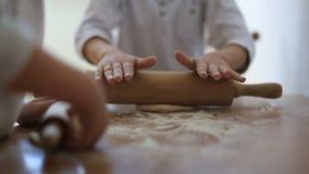 Παιδιά που μαγειρεύουν στην κουζίνα φιλμ μικρού μήκους