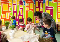 Παιδιά που μαθαίνουν για τις εγκαταστάσεις σε ένα εργαστήριο Στοκ Εικόνα