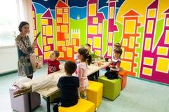 Παιδιά που μαθαίνουν για τις εγκαταστάσεις σε ένα εργαστήριο Στοκ εικόνα με δικαίωμα ελεύθερης χρήσης