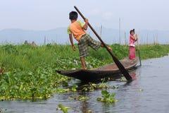 Παιδιά που μαλάσσουν τη βάρκα στη λίμνη Inle στη Βιρμανία, Ασία Στοκ εικόνα με δικαίωμα ελεύθερης χρήσης