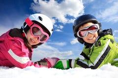 παιδιά που ντύνουν το σκι στοκ φωτογραφία με δικαίωμα ελεύθερης χρήσης