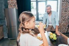 Παιδιά που πίνουν το χυμό από πορτοκάλι Στοκ εικόνες με δικαίωμα ελεύθερης χρήσης