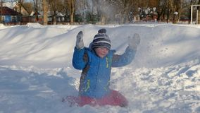 Παιδιά που παίζονται στο χιόνι απόθεμα βίντεο