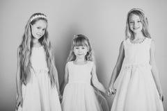 Παιδιά που παίζουν - ευτυχές παιχνίδι Κορίτσια παιδιών στο φόρεμα, οικογένεια και αδελφές τα παιδιά αγκαλιάζουν, αδελφές και φίλο Στοκ φωτογραφία με δικαίωμα ελεύθερης χρήσης