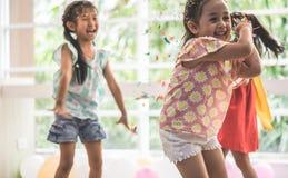 Παιδιά που παίζουν και που ρίχνουν το έγγραφο και το μπαλόνι στο κόμμα παιδιών στοκ φωτογραφίες με δικαίωμα ελεύθερης χρήσης