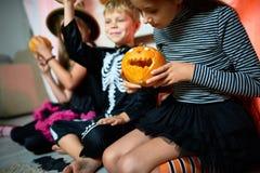 Παιδιά που παίζουν με τις κολοκύθες σε αποκριές Στοκ Εικόνα