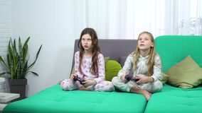Παιδιά που παίζουν με τις κονσόλες παιχνιδιών απόθεμα βίντεο