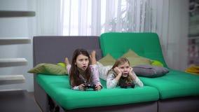 Παιδιά που παίζουν με τις κονσόλες παιχνιδιών φιλμ μικρού μήκους
