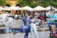 Παιδιά που παίζουν με τις φυσαλίδες σαπουνιών στο τετράγωνο πόλεων στοκ εικόνα με δικαίωμα ελεύθερης χρήσης