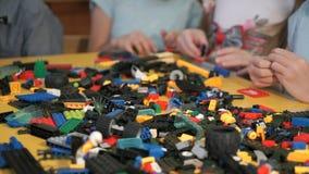Παιδιά που παίζουν με το δομικό έτοιμο σύστημα Κινηματογράφηση σε πρώτο πλάνο φιλμ μικρού μήκους