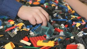 Παιδιά που παίζουν με το δομικό έτοιμο σύστημα Κινηματογράφηση σε πρώτο πλάνο απόθεμα βίντεο