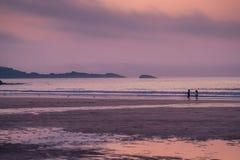 Παιδιά που παίζουν στην παραλία Porthemor στοκ εικόνα με δικαίωμα ελεύθερης χρήσης