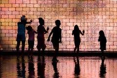 Παιδιά που παίζουν στην πηγή κορωνών στοκ εικόνα