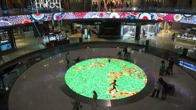 Παιδιά που παίζουν στη λεωφόρο αγορών απόθεμα βίντεο