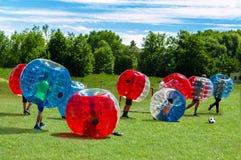 Παιδιά που παίζουν στο ποδόσφαιρο φυσαλίδων στοκ φωτογραφίες