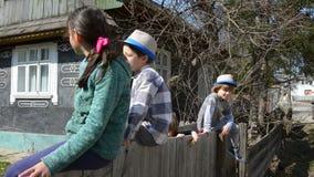 Παιδιά που παίζουν στο φράκτη απόθεμα βίντεο