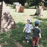 Παιδιά που παίζουν τα αγόρια φιλίας φίλων στοκ φωτογραφία