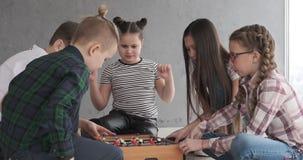 Παιδιά που παίζουν το επιτραπέζιο ποδόσφαιρο στο σπίτι φιλμ μικρού μήκους