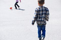 Παιδιά που παίζουν το ποδόσφαιρο στην άσφαλτο, παίκτης ομάδων ποδοσφαίρου, υπαίθριος, ενεργός τρόπος ζωής κατάρτισης Στοκ Εικόνα