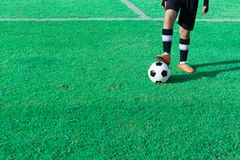 Παιδιά που παίζουν το ποδόσφαιρο στο στάδιο Στοκ Εικόνες