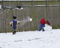 παιδιά που παίζουν το χιόνι στοκ εικόνα