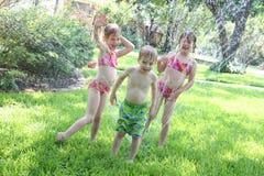 παιδιά που παίζουν το ύδωρ στοκ φωτογραφίες