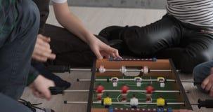 Παιδιά που παίζουν foosball το παιχνίδι στο σπίτι απόθεμα βίντεο