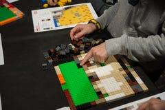 Παιδιά που παίζουν Lego στον πίνακα Στοκ εικόνα με δικαίωμα ελεύθερης χρήσης