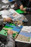 Παιδιά που παίζουν Lego στον πίνακα Στοκ Φωτογραφία